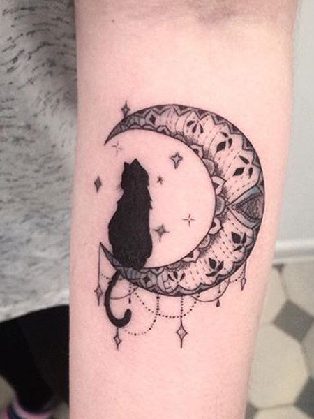 बिल्ली और चंद्रमा टैटू