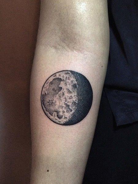 यथार्थवादी चंद्रमा टैटू